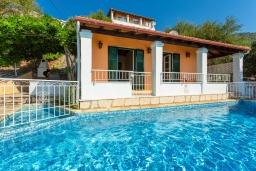 Фасад дома. Греция, Нисаки : Уютная вилла с бассейном, двориком с барбекю и видом на море, 2 спальни, парковка, Wi-Fi