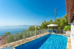 Бассейн. Греция, Нисаки : Уютная вилла с бассейном, двориком с барбекю и видом на море, 2 спальни, парковка, Wi-Fi