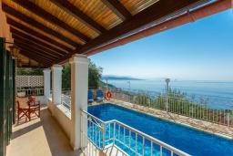 Территория. Греция, Нисаки : Уютная вилла с бассейном, двориком с барбекю и видом на море, 2 спальни, парковка, Wi-Fi