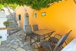 Обеденная зона. Греция, Нисаки : Уютная вилла с бассейном, двориком с барбекю и видом на море, 2 спальни, парковка, Wi-Fi