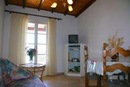 Гостиная. Греция, Нисаки : Уютная вилла с бассейном, двориком с барбекю и видом на море, 2 спальни, парковка, Wi-Fi