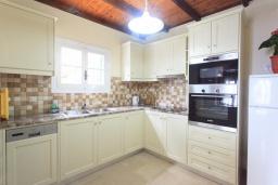 Кухня. Греция, Нисаки : Уютная вилла с бассейном, двориком с барбекю и видом на море, 2 спальни, парковка, Wi-Fi