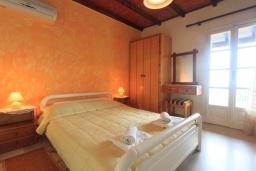 Спальня. Греция, Нисаки : Уютная вилла с бассейном, двориком с барбекю и видом на море, 2 спальни, парковка, Wi-Fi