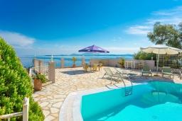 Бассейн. Греция, Нисаки : Уютная вилла с бассейном, двориком с барбекю и видом на море, 3 спальни, 3 ванные комнаты, парковка, Wi-Fi