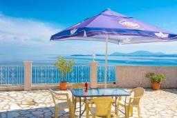 Обеденная зона. Греция, Нисаки : Уютная вилла с бассейном, двориком с барбекю и видом на море, 3 спальни, 3 ванные комнаты, парковка, Wi-Fi