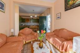 Гостиная. Греция, Нисаки : Уютная вилла с бассейном, двориком с барбекю и видом на море, 3 спальни, 3 ванные комнаты, парковка, Wi-Fi