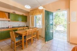 Кухня. Греция, Нисаки : Уютная вилла с бассейном, двориком с барбекю и видом на море, 3 спальни, 3 ванные комнаты, парковка, Wi-Fi