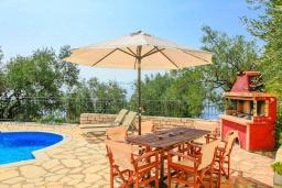 Обеденная зона. Греция, Нисаки : Прекрасная вилла с бассейном, двориком с барбекю и видом на море, 3 спальни, 3 ванные комнаты, парковка, Wi-Fi