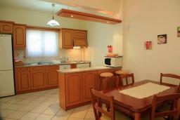 Кухня. Греция, Нисаки : Прекрасная вилла с бассейном, двориком с барбекю и видом на море, 3 спальни, 3 ванные комнаты, парковка, Wi-Fi