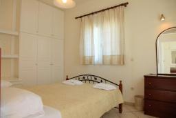 Спальня. Греция, Нисаки : Прекрасная вилла с бассейном, двориком с барбекю и видом на море, 3 спальни, 3 ванные комнаты, парковка, Wi-Fi