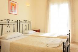 Спальня 2. Греция, Нисаки : Прекрасная вилла с бассейном, двориком с барбекю и видом на море, 3 спальни, 3 ванные комнаты, парковка, Wi-Fi