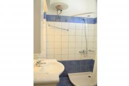 Ванная комната. Греция, Нисаки : Прекрасная вилла с бассейном, двориком с барбекю и видом на море, 3 спальни, 3 ванные комнаты, парковка, Wi-Fi
