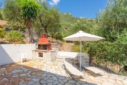 Территория. Греция, Нисаки : Прекрасная вилла с бассейном, двориком с барбекю и видом на море, 3 спальни, 3 ванные комнаты, парковка, Wi-Fi