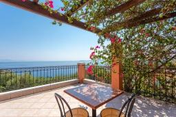 Терраса. Греция, Нисаки : Прекрасная вилла с бассейном, двориком с барбекю и видом на море, 3 спальни, 3 ванные комнаты, парковка, Wi-Fi