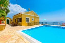 Фасад дома. Греция, Нисаки : Прекрасная вилла с бассейном, двориком с барбекю и видом на море, 3 спальни, 2 ванные комнаты, парковка, Wi-Fi