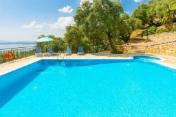 Бассейн. Греция, Нисаки : Прекрасная вилла с бассейном, двориком с барбекю и видом на море, 3 спальни, 2 ванные комнаты, парковка, Wi-Fi