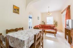Обеденная зона. Греция, Нисаки : Прекрасная вилла с бассейном, двориком с барбекю и видом на море, 3 спальни, 2 ванные комнаты, парковка, Wi-Fi