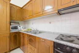 Кухня. Греция, Нисаки : Прекрасная вилла с бассейном, двориком с барбекю и видом на море, 3 спальни, 2 ванные комнаты, парковка, Wi-Fi