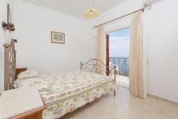 Спальня. Греция, Нисаки : Прекрасная вилла с бассейном, двориком с барбекю и видом на море, 3 спальни, 2 ванные комнаты, парковка, Wi-Fi