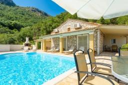 Фасад дома. Греция, Нисаки : Уютная вилла с бассейном, двориком с барбекю и видом на море, 3 спальни, 2 ванные комнаты, парковка, Wi-Fi