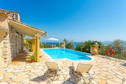 Бассейн. Греция, Нисаки : Уютная вилла с бассейном, двориком с барбекю и видом на море, 3 спальни, 2 ванные комнаты, парковка, Wi-Fi
