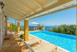 Зона отдыха у бассейна. Греция, Нисаки : Уютная вилла с бассейном, двориком с барбекю и видом на море, 3 спальни, 2 ванные комнаты, парковка, Wi-Fi