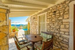 Обеденная зона. Греция, Нисаки : Уютная вилла с бассейном, двориком с барбекю и видом на море, 3 спальни, 2 ванные комнаты, парковка, Wi-Fi