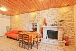 Гостиная. Греция, Нисаки : Уютная вилла с бассейном, двориком с барбекю и видом на море, 3 спальни, 2 ванные комнаты, парковка, Wi-Fi