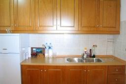 Кухня. Греция, Нисаки : Уютная вилла с бассейном, двориком с барбекю и видом на море, 3 спальни, 2 ванные комнаты, парковка, Wi-Fi