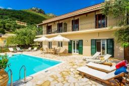 Фасад дома. Греция, Нисаки : Шикарная вилла с бассейном, двориком с барбекю и видом на море, 2 гостиные, 5 спален, 3 ванные комнаты, парковка, Wi-Fi