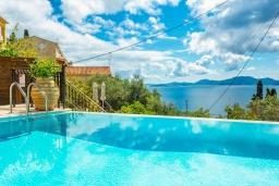 Бассейн. Греция, Нисаки : Шикарная вилла с бассейном, двориком с барбекю и видом на море, 2 гостиные, 5 спален, 3 ванные комнаты, парковка, Wi-Fi