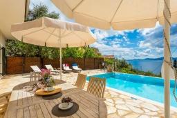 Обеденная зона. Греция, Нисаки : Шикарная вилла с бассейном, двориком с барбекю и видом на море, 2 гостиные, 5 спален, 3 ванные комнаты, парковка, Wi-Fi