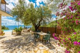 Территория. Греция, Нисаки : Шикарная вилла с бассейном, двориком с барбекю и видом на море, 2 гостиные, 5 спален, 3 ванные комнаты, парковка, Wi-Fi
