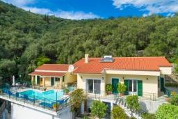 Фасад дома. Греция, Нисаки : Роскошная вилла с бассейном, двориком с барбекю и видом на море, 2 гостиные, 4 спальни, 3 ванные комнаты, парковка, Wi-Fi