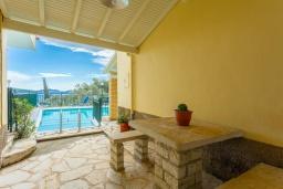 Территория. Греция, Нисаки : Роскошная вилла с бассейном, двориком с барбекю и видом на море, 2 гостиные, 4 спальни, 3 ванные комнаты, парковка, Wi-Fi