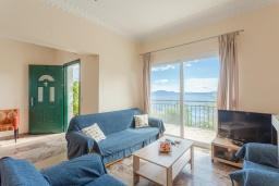 Гостиная. Греция, Нисаки : Роскошная вилла с бассейном, двориком с барбекю и видом на море, 2 гостиные, 4 спальни, 3 ванные комнаты, парковка, Wi-Fi