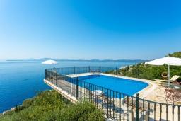 Бассейн. Греция, Нисаки : Прекрасная вилла с бассейном, двориком с барбекю и видом на море, 2 спальни, 2 ванные комнаты, парковка, Wi-Fi