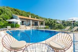 Фасад дома. Греция, Нисаки : Прекрасная вилла с бассейном, двориком с барбекю и видом на море, 2 спальни, 2 ванные комнаты, парковка, Wi-Fi