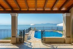 Территория. Греция, Нисаки : Прекрасная вилла с бассейном, двориком с барбекю и видом на море, 2 спальни, 2 ванные комнаты, парковка, Wi-Fi