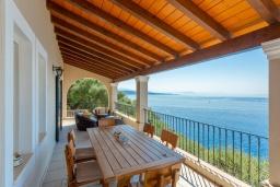 Обеденная зона. Греция, Нисаки : Прекрасная вилла с бассейном, двориком с барбекю и видом на море, 2 спальни, 2 ванные комнаты, парковка, Wi-Fi