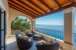 Патио. Греция, Нисаки : Прекрасная вилла с бассейном, двориком с барбекю и видом на море, 2 спальни, 2 ванные комнаты, парковка, Wi-Fi