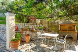 Территория. Греция, Нисаки : Прекрасная вилла с бассейном, двориком с барбекю и видом на море, 3 спальни, 2 ванные комнаты, парковка, Wi-Fi