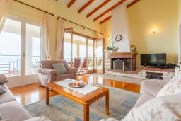 Гостиная. Греция, Нисаки : Прекрасная вилла с бассейном, двориком с барбекю и видом на море, 3 спальни, 2 ванные комнаты, парковка, Wi-Fi