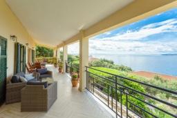 Балкон. Греция, Нисаки : Прекрасная вилла с бассейном, двориком с барбекю и видом на море, 3 спальни, 2 ванные комнаты, парковка, Wi-Fi