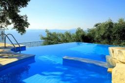 Бассейн. Греция, Нисаки : Уютная вилла с бассейном, двориком с барбекю и видом на море, 2 спальни, 2 ванные комнаты, парковка, Wi-Fi