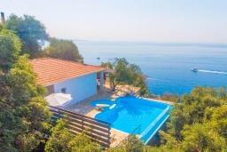 Фасад дома. Греция, Нисаки : Уютная вилла с бассейном, двориком с барбекю и видом на море, 2 спальни, 2 ванные комнаты, парковка, Wi-Fi