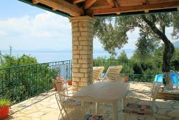 Территория. Греция, Нисаки : Уютная вилла с бассейном, двориком с барбекю и видом на море, 2 спальни, 2 ванные комнаты, парковка, Wi-Fi