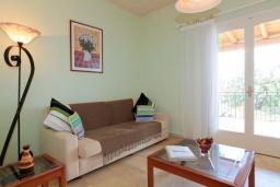 Гостиная. Греция, Нисаки : Уютная вилла с бассейном, двориком с барбекю и видом на море, 2 спальни, 2 ванные комнаты, парковка, Wi-Fi