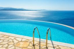Бассейн. Греция, Нисаки : Шикарная вилла с бассейном, двориком с барбекю и прекрасным видом на море, 3 спальни, 3 ванные комнаты, парковка, Wi-Fi
