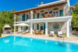 Фасад дома. Греция, Нисаки : Шикарная вилла с бассейном, двориком с барбекю и прекрасным видом на море, 3 спальни, 3 ванные комнаты, парковка, Wi-Fi